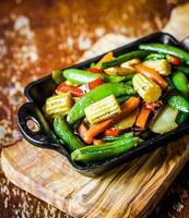 verdure al forno su fondo rustico foto