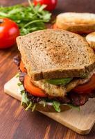 sandwich di pancetta, lattuga e pomodoro foto