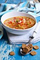 zuppa con pasta piccola, verdure e pezzi di carne foto