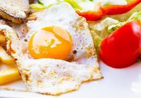 uovo fritto con patatine fritte, bistecca alla griglia. foto