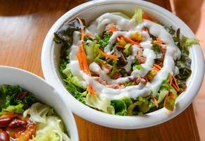 insalata di verdure con tonno in una ciotola foto