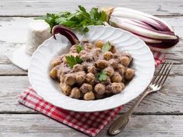 gnocchi con cicoria e salsa di ricotta foto