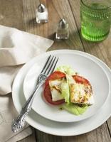 formaggio Halloumi fritto e insalata di pomodori