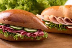 panino con prosciutto e insalata fresca foto