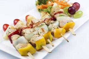 griglia barbecue di maiale e verdure foto
