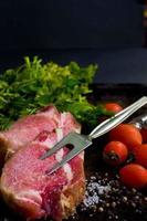 bistecca di maiale cruda foto