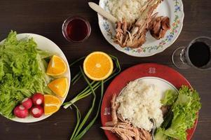cena di carne di tacchino con riso, insalata di lattuga con ravanello foto
