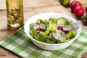 insalata con ravanello e cetriolo verde foto