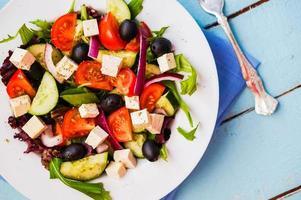 insalata greca su fondo in legno foto