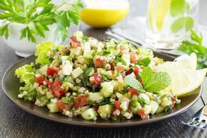 insalata tabbouleh con bulgur e prezzemolo. foto