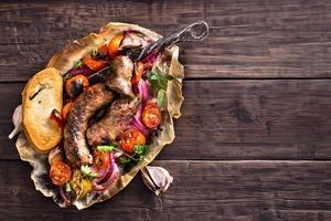 salsicce fatte in casa rustiche con cipolla e pomodori sul tavolo