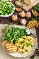 uova strapazzate con insalata foto
