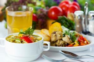 pranzo di lavoro con zuppa, insalata e succo di frutta