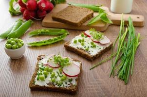 pane integrale sano con erbe foto
