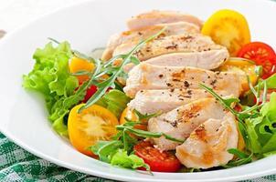 petti di pollo grigliati e insalata fresca foto