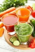 succo di pomodoro fresco, carota e cetriolo foto