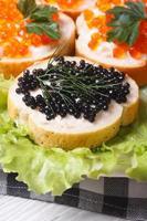 panini con caviale di pesce rosso e nero su lattuga foto