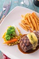 bistecca alla griglia servita con salsa olandese foto