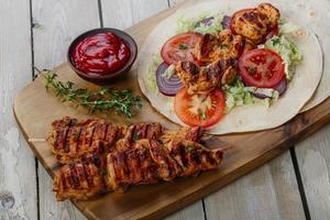Shawarma di pollo alla griglia con salsa foto
