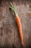 carote su uno sfondo di legno foto
