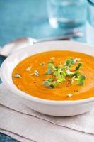 zuppa di carote al curry con panna ed erbe