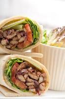 panino con rotolo di pita di pollo kafta shawarma foto