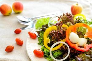 Chiuda in su di insalata su tela di sacco