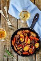 carne arrostita con patate, carote, cipolle, rosmarino e aglio foto