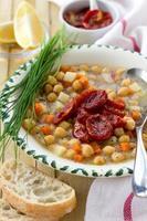 zuppa di ceci con pomodori secchi foto
