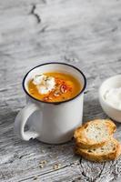 zuppa di zucca con paprika in tazza di ceramica foto