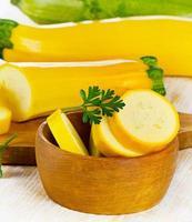 zucchine sul tagliere. foto