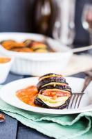 ratatouille di verdure su un piatto con salsa, forchetta foto