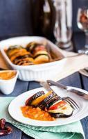 ratatouille di verdure su un piatto con salsa, in verticale foto
