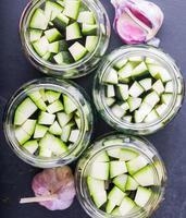 pezzi di zucchine marinate in barattoli foto