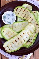 zucchine grigliate sul piatto marrone foto
