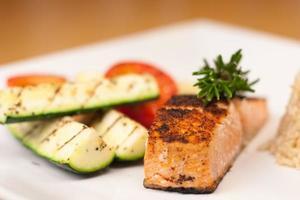 salmone annerito con riso integrale e verdure grigliate foto