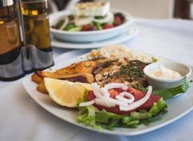 salmone alla griglia e verdure foto