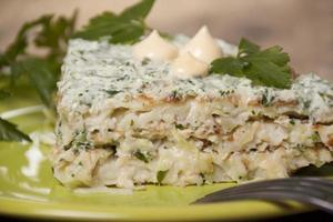torta di frittelle di zucchine con crema di cagliata con prezzemolo, aneto. foto