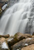 cascata di pietre di roccia autunno