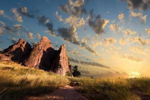 alba sul sentiero di rocce rosse