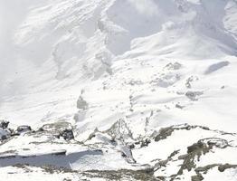 rocce di montagna coperte di neve foto