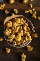 popcorn al caramello croccante fatto in casa foto