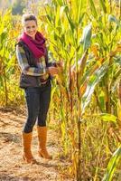 Ritratto integrale di giovane donna felice in campo di mais