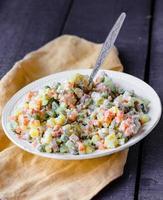insalata olivier una tavola festiva, nuovo anno