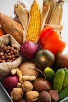 primo piano su verdure fresche e noci