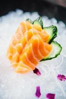 vari tipi di sashimi crudo fresco foto