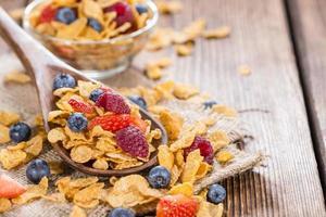 porzione di cornflakes con frutti di bosco