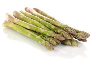 asparagi freschi isolati su bianco
