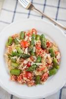 quinoa con asparagi e pomodori foto