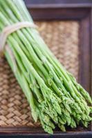 mazzo di asparagi freschi sul tavolo di legno foto